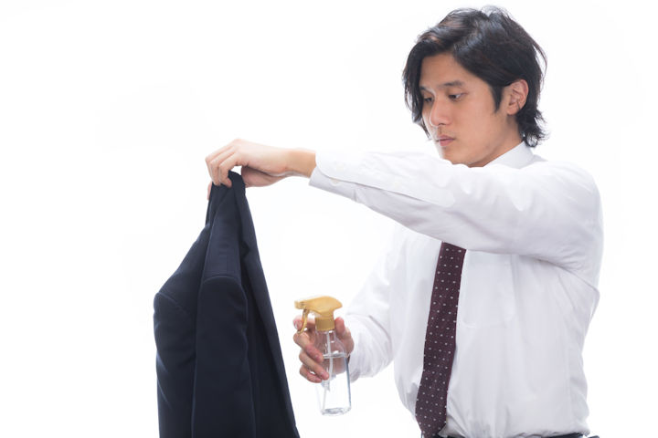 匂いケアをする男性