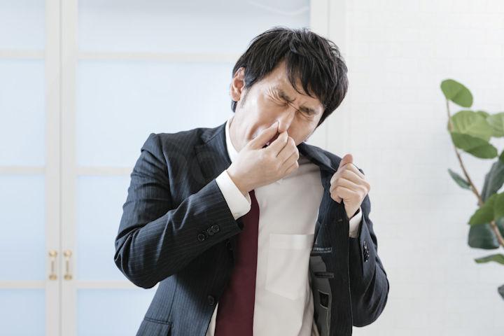 自分の匂いを気にする男性
