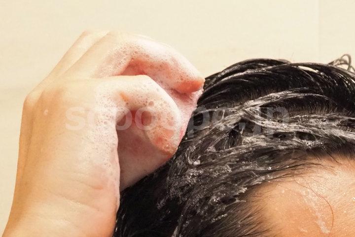エティークシャンプーバーを髪に塗ります